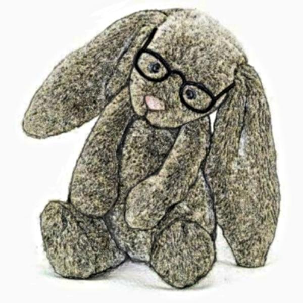 Knuffige Häsin mit schicker Brille für alles Lesbare und für ihre Schreibarbeiten